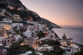 国外度假岛小镇的夜景图