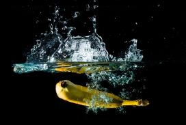 溅起水花沉入水中的香水