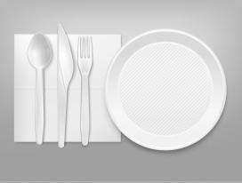 一次性白色塑料餐具刀叉与餐盘