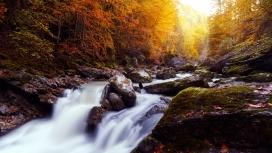 美丽壮观的瀑布山溪