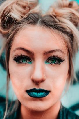 荧光绿美妆女郎