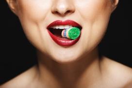吃彩糖的女子