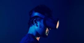 头戴3D眼镜探照灯的男子