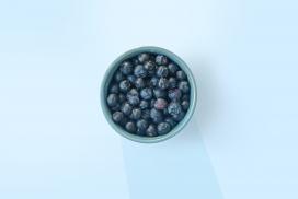 装在碗里的黑色蓝莓水果
