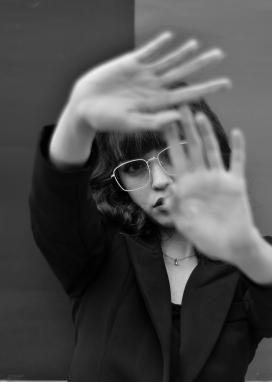戴眼镜表示拒绝的手势图
