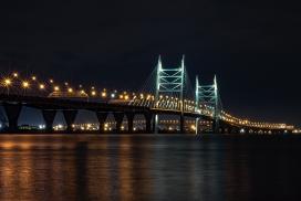 城市跨江大桥夜景图