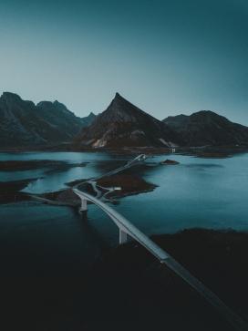 大山湖里的高架桥马路