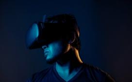 戴VR眼镜的男子