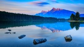 美丽的蓝色山湖倒影