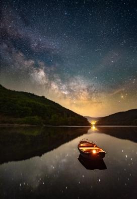 繁星下的山湖船舶