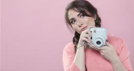 手握数码相机准备拍照的美女