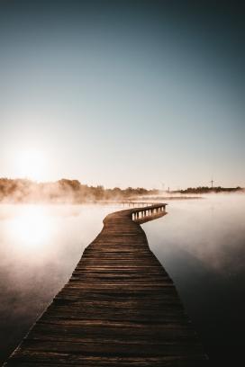 唯美的湖面木桥观景台