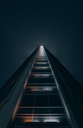 仰拍住宅楼夜景图