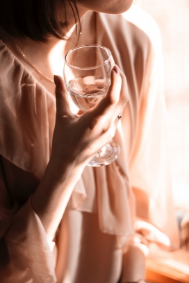 手拿酒杯的美女