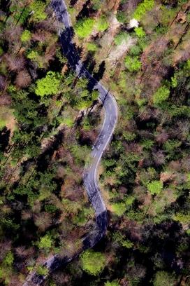 高空俯拍的蜿蜒公路