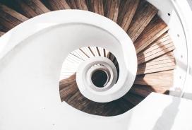 旋转的白色木质楼梯