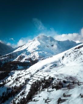 蓝色雪山美景