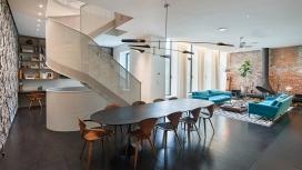 增加了弯曲穿孔钢楼梯的布鲁克林公寓