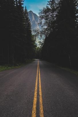 狭窄的双黄线公路