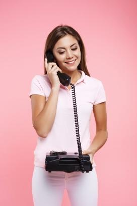 用老式电话拨打电话的女子