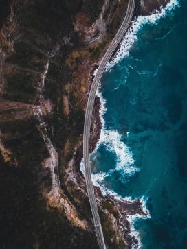 高空俯拍的海岸线公路公路
