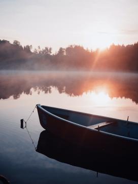 静谧的河边美景