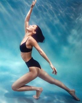 穿Calvin Klein泳装的贝拉·哈迪德