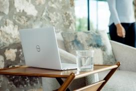 白色戴尔笔记本电脑