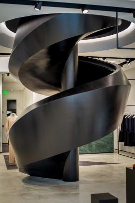 黑色螺旋楼梯蜿蜒穿过迈阿密设计区的约瑟夫商店