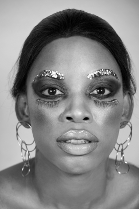 银色非洲女郎人像