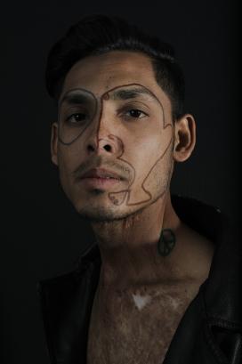 脸部画线彩妆的男子