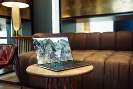 咖啡馆圆桌上的笔记本电脑