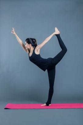 练瑜伽舞蹈的女子
