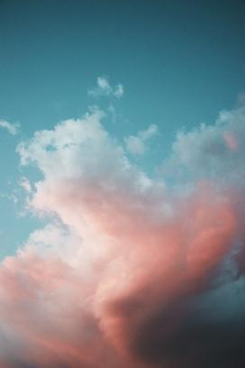 蓝色天空下的粉红白云