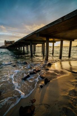 江边桥下的海水