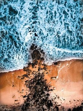 俯拍的汹涌沙滩