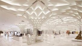 叶形铝天花板的东京百货公司