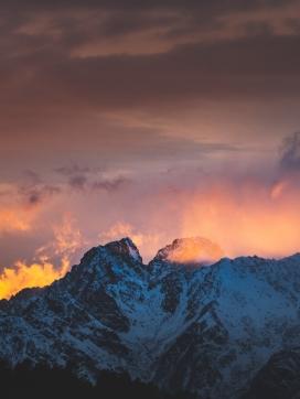 酋长岩雪峰的日出