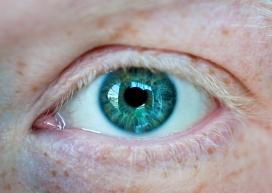 欧洲人男士蓝色眼睛特写
