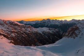 雪山的日出风景图