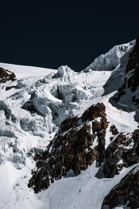 冬季的雪山图片