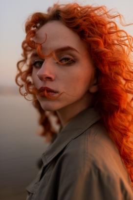 红色卷发女郎