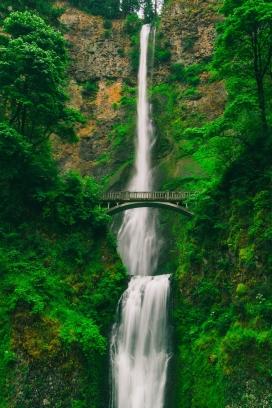 绿山桥上的细长瀑布
